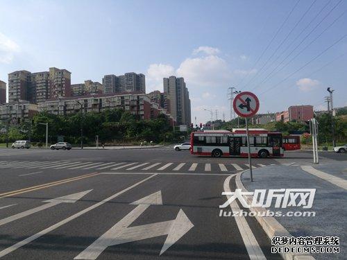 江阳区:黎明南路地面标线和交通标牌有冲突